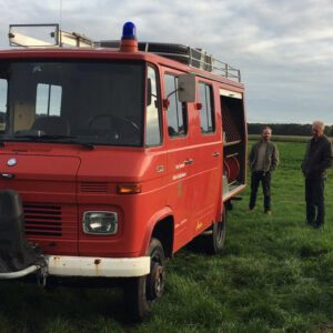 Brandweer bus in het weiland