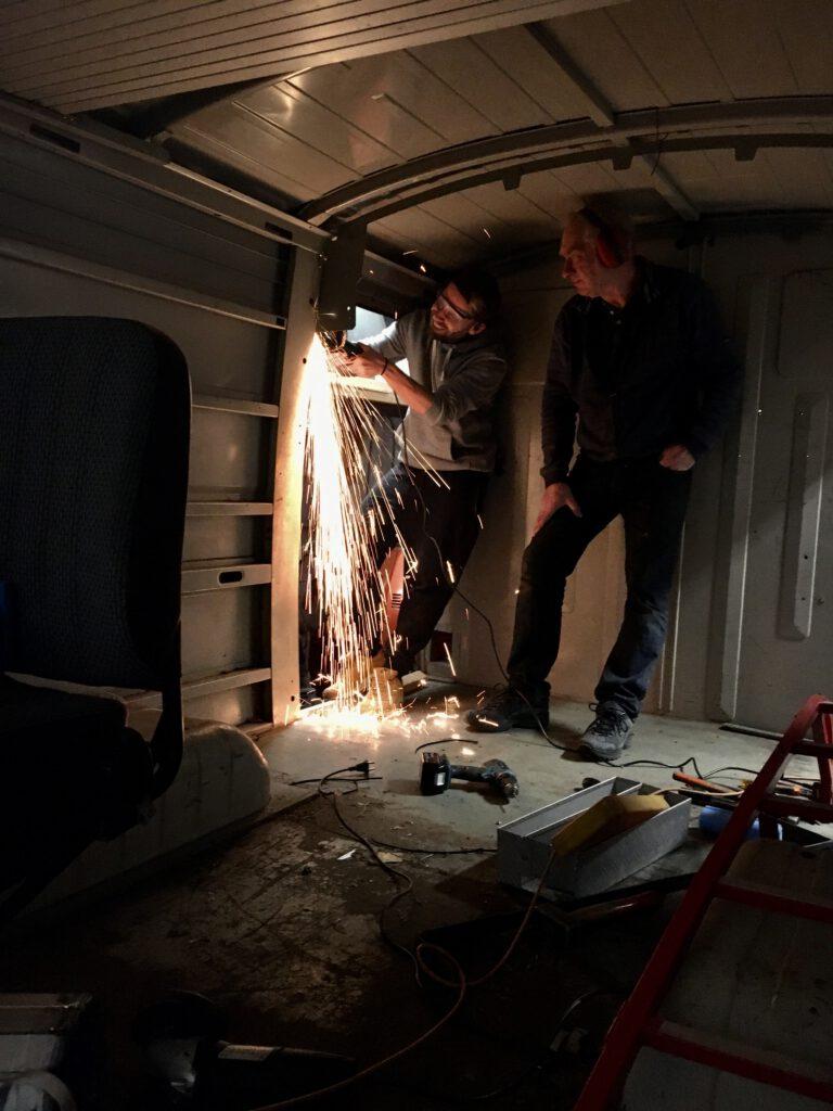Vuurwerk in de bus! Hier verwijderen we de rolluiken.